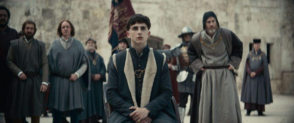 König Heinrich am Hof, umringt von Dienern