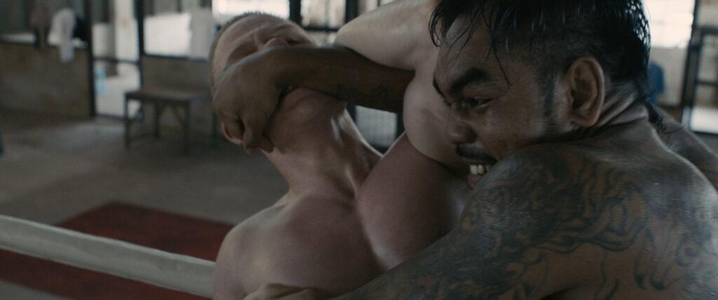 Billy und ein anderer Häftling kämpfen im Boxring, beide sind sehr angespannt