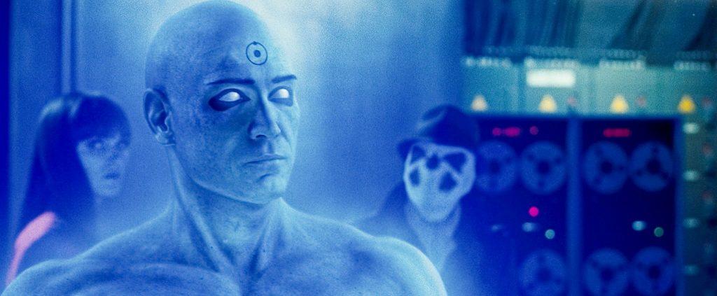 Dr. Manhattan im Vordergrund, im Hintergrund Rorschach und Silk Spectre | Watchmen - Die Wächter