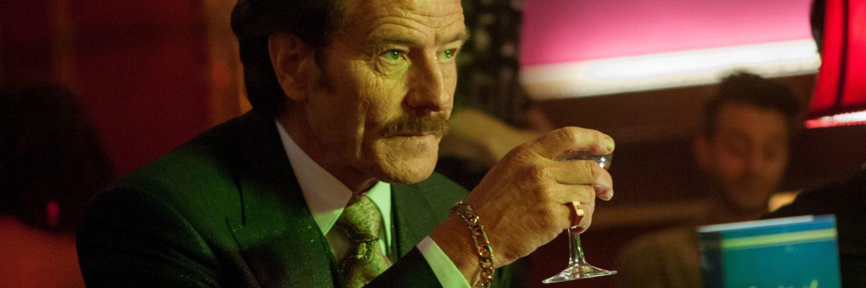 Bryan Cranston sitzt mit einem Glas in der Bar, er schaut düster