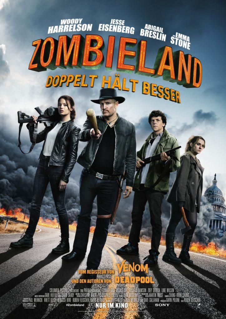 Auf dem offiziellen Poster von Zombieland 2: Doppelt hält besser sieht man die vier Protagonisten mit ihren Waffen auf einer Straße posen, im Hintergrund sieht man ein apokalyptisches Szenario.