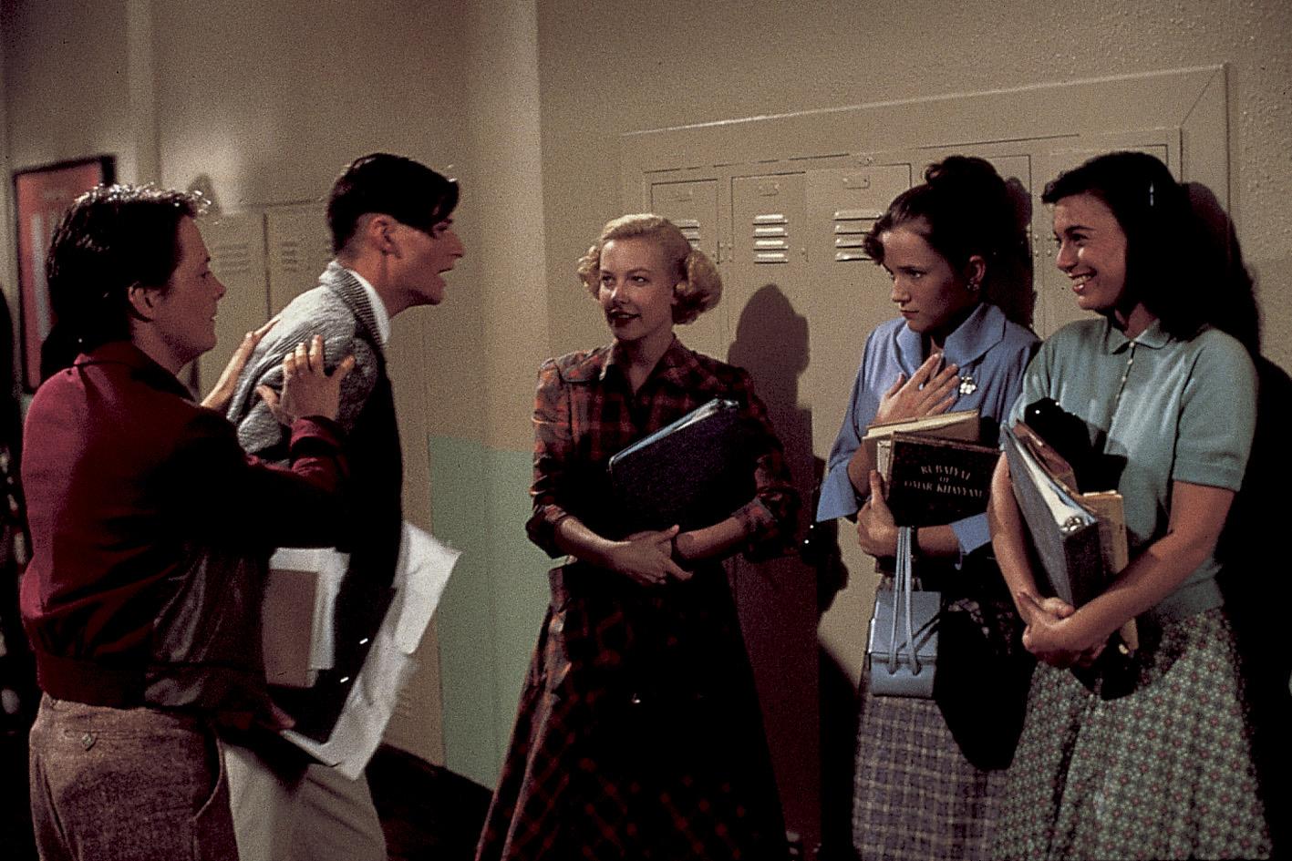 Filme der 80er: Michael J. Fox versucht als Marty McFly seinen Vater George von mehreren Mädchen wegzuzerren in Zurück in die Zukunft.