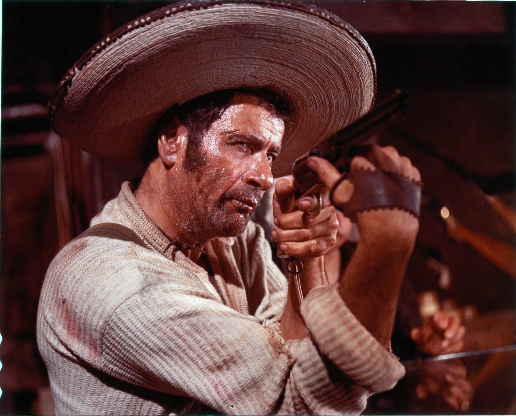 Tuco probiert in einem Waffenladen verschiedene Revolver aus in Zwei glorreiche Halunken.