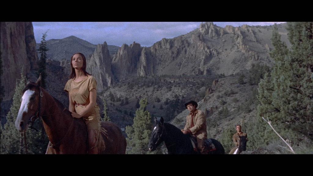 Die von Elsa Martinelli gespielte Onahti reitet vorweg, hinter ihr der gefangene Todd, von Walter Matthau gespielt. Kirk Douglas als Hawks bikdet den Abschluss der Reitergruppe vor einer gewaltigen Felsenlandschaft.