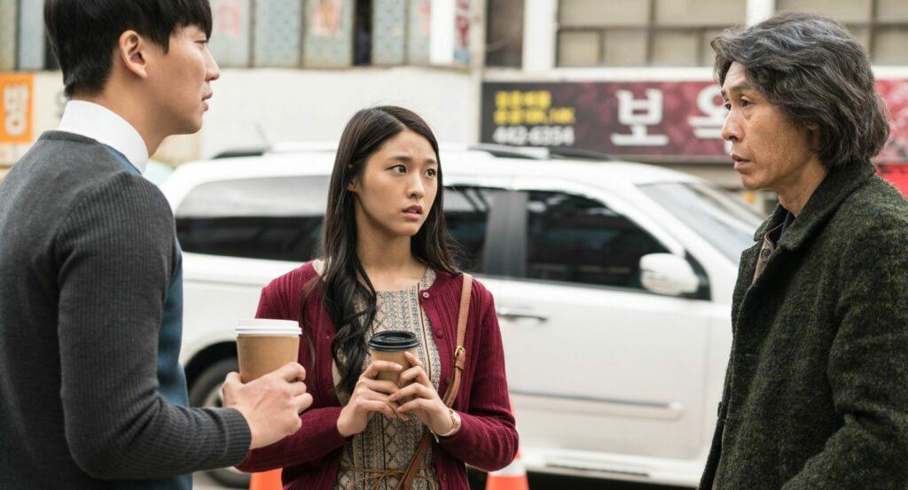 Byeong-Soo im Gespräch mit seiner Tochter und ihrem Freund, sie wirken angespannt. Szenenbild aus Memoir of a Murderer.