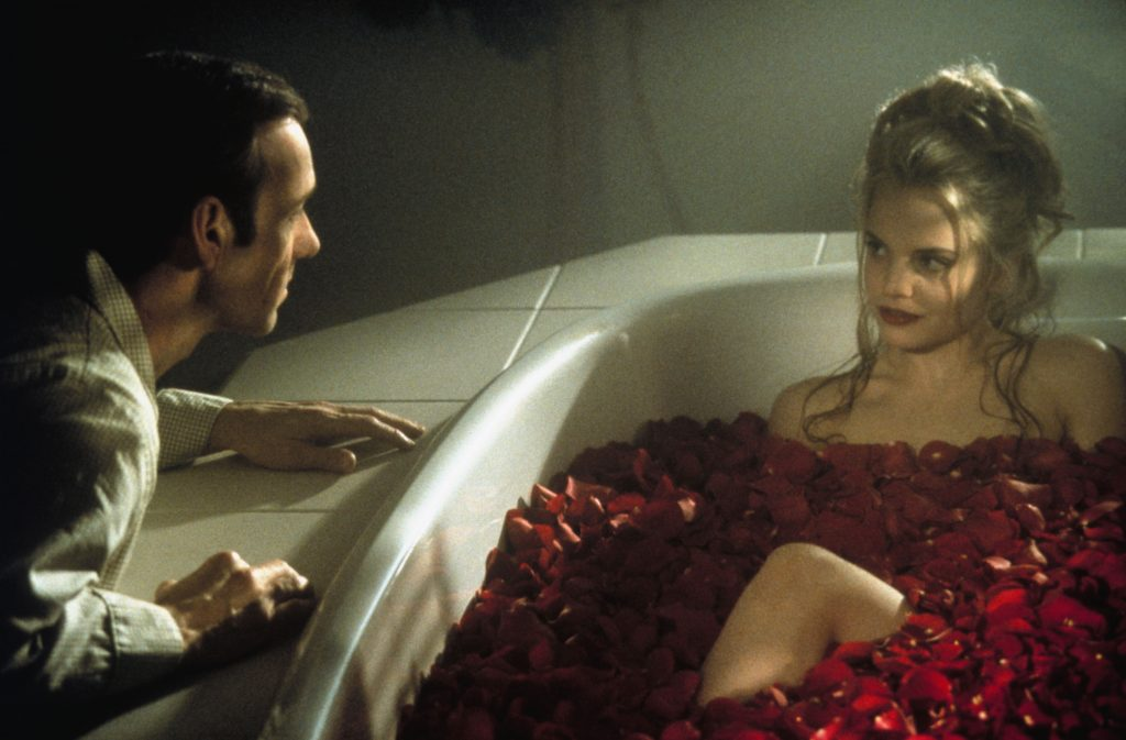 """Lester Burnham (Kevin Spacey) vollkommen hin und weg von Angela Hayes (Mena Suvani) in American Beauty. Quelle: Blu-Ray zu """"American Beauty"""", ©Universal Pictures"""