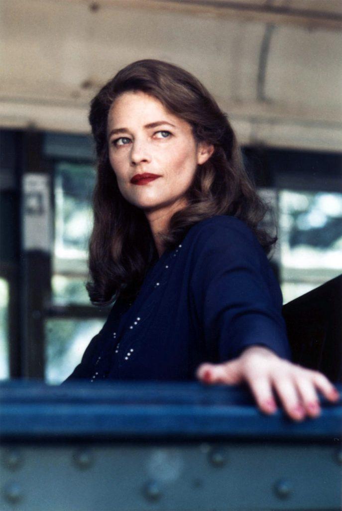 Charlotte Rampling als Wahrsagerin Margaret Krusemark und Ex-Geliebte des gesuchten Johnny Favorite im Thriller Angel Heart