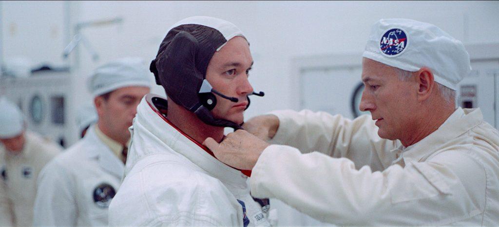 Neil Armstrong wird für den Raketenstart vorbereitet