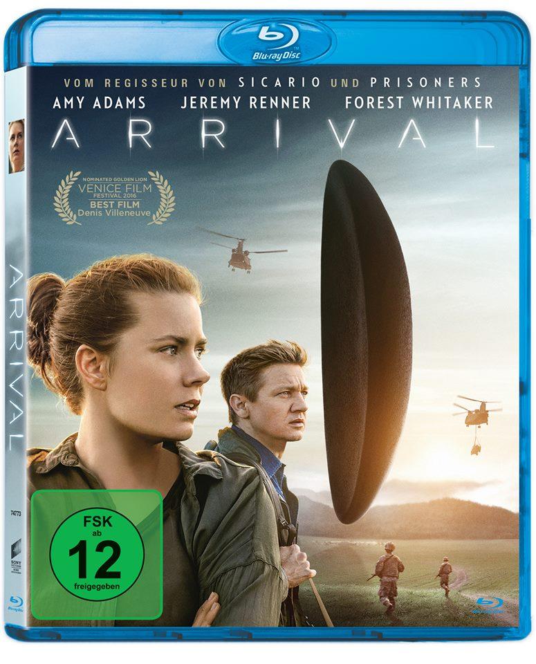Auf dem Blu-ray-Cover von Arrival sind Amy Adams und Jeremy Renner im Vordergrund zu sehen. Im Hintergrund schwebt das Raumschiff, umkreist von zwei Helikoptern