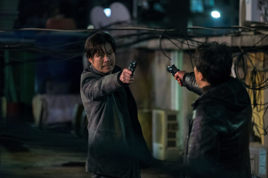 """In """"The Beast"""" stehen sich Han Min-Tae (Yoo Jae-Myung) und Jeong Han-Soo (Lee Sung-Min) in einem Stand Off entgegen."""