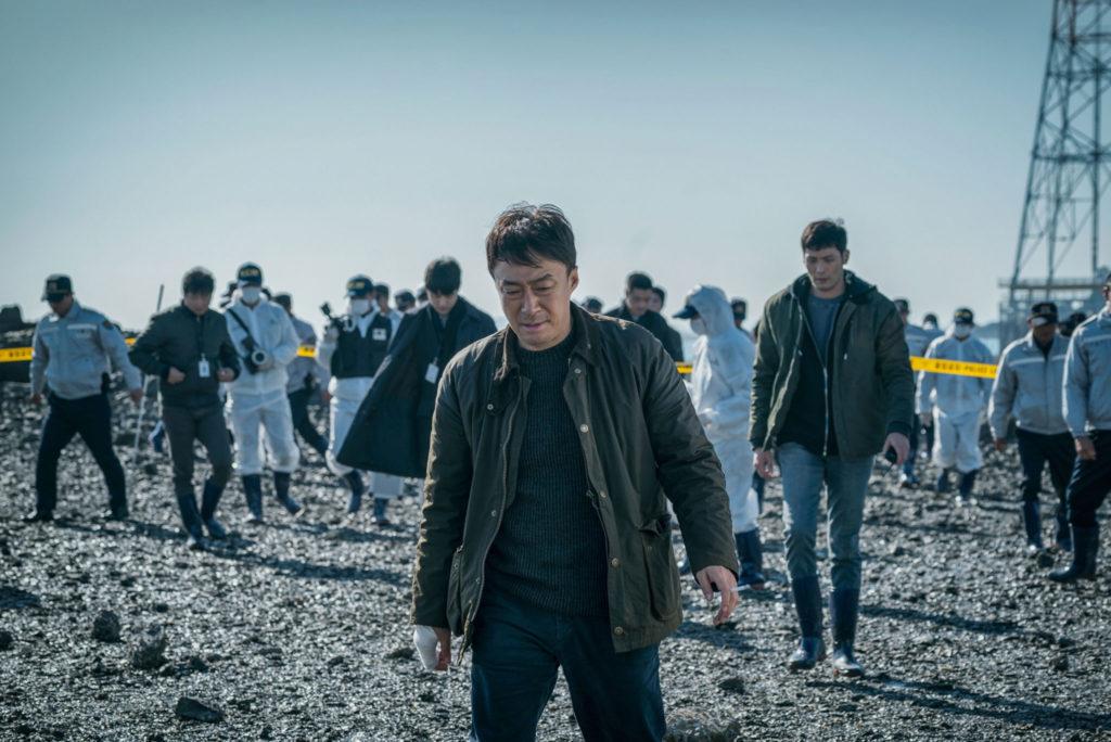 """In """"The Beast"""" sucht Jeong Han-Soo (Lee Sung-Min) mit der Kriminalpolizei am Tatort nach Beweisen."""