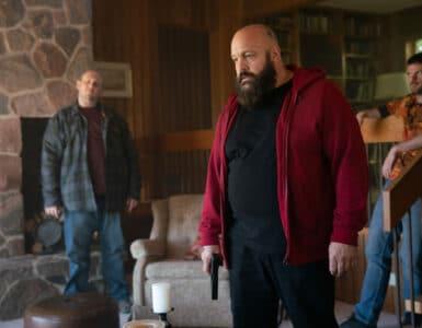 Kevin James steht in der Mitte des Bildes, eingerahmt von zwei anderen Ex-Häftlingen in Becky