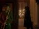 Riley (Imogen Poots) versteckt sich hinter einer Wand vor einem maskierten Killer