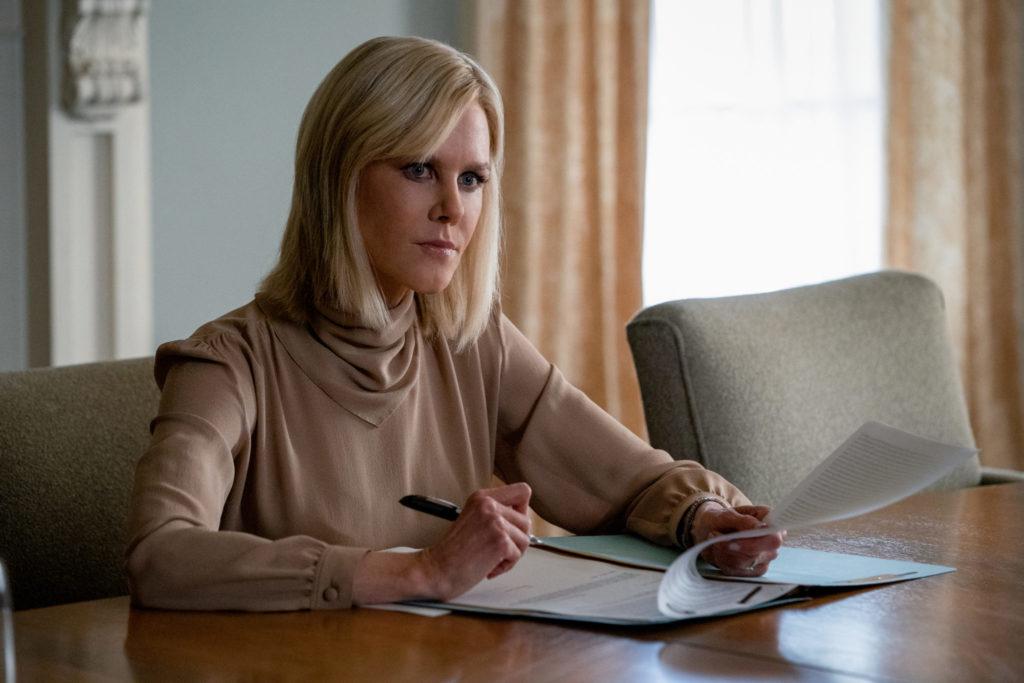 Szene aus Bombshell - Das Ende des Schweigens: Nicole Kidman als Gretchen Carlson sitzt an einem Tisch und mit einem Blatt Papier und Stift in der Hand