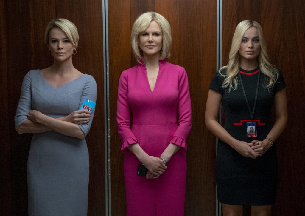 Charlize Theron, Nicole Kidman und Margot Robbie stehen nebeneinander im Aufzug in Bombshell