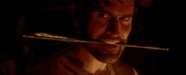 Bruce Campbell als Stover in Brain Slasher mit Pfeil zwischen den Zähnen