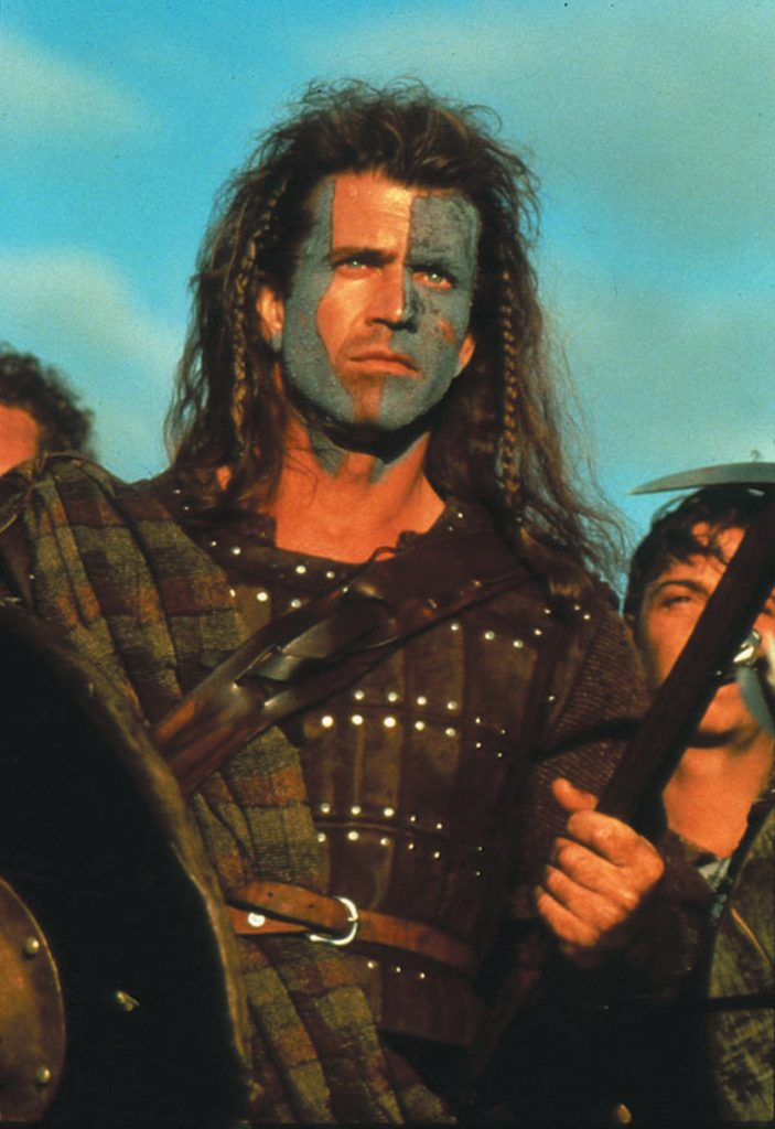 William Wallace (Mel Gibson) in Braveheart bereitet sich mit Kriegsbemalung und seiner schottischen Armee im Hintergrund auf die Schlacht gegen die Engländer vor