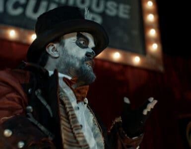 Der weiß-geschminkte Dr. Death im Zirkusgewand in Candy Corn