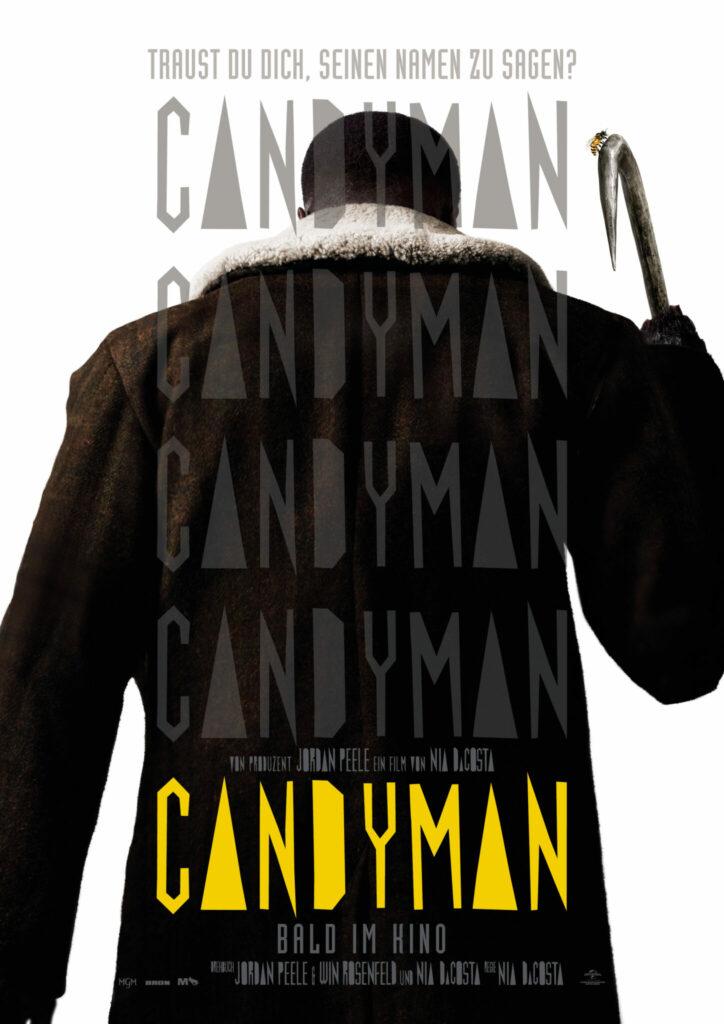 Das Filmplakat zeigt den titelgebenden Candyman von hinten, in der rechten Hand hält er einen Haken nach oben ©2021 Metro-Goldwyn-Mayer Pictures Inc. and Bron Creative MG1, LLC. All Rights Reserved. CANDYMAN is a trademark of Metro-Goldwyn-Mayer Studios Inc. All Rights Reserved.