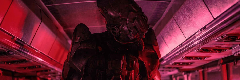 Ein Roboter der Aliens kontrolliert Fahrgäste eines Busses.