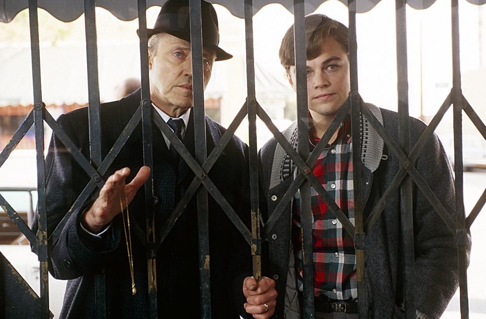 Frank Abagnale Senior (Christopher Walken) und Frank Abagnale Junior (Leonardo DiCaprio) stehen hinter dem Gitter eines geschlossenen Ladens in Catch Me If You Can.