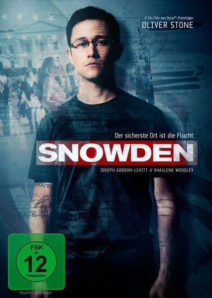 Edward Snowden steht vor einer Wand und sieht den Zuschauer an, vor ihm steht der Titel des Films