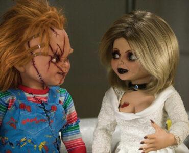 Chucky auf der linken Seite und Tiffany auf der rechten Seite des Bildes blicken einander an