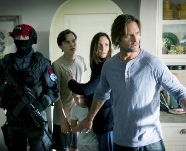 Will Bowman (Josh Holloway) und seine Familie werden in Colony - Staffel 1 von einem Rothut bewacht.