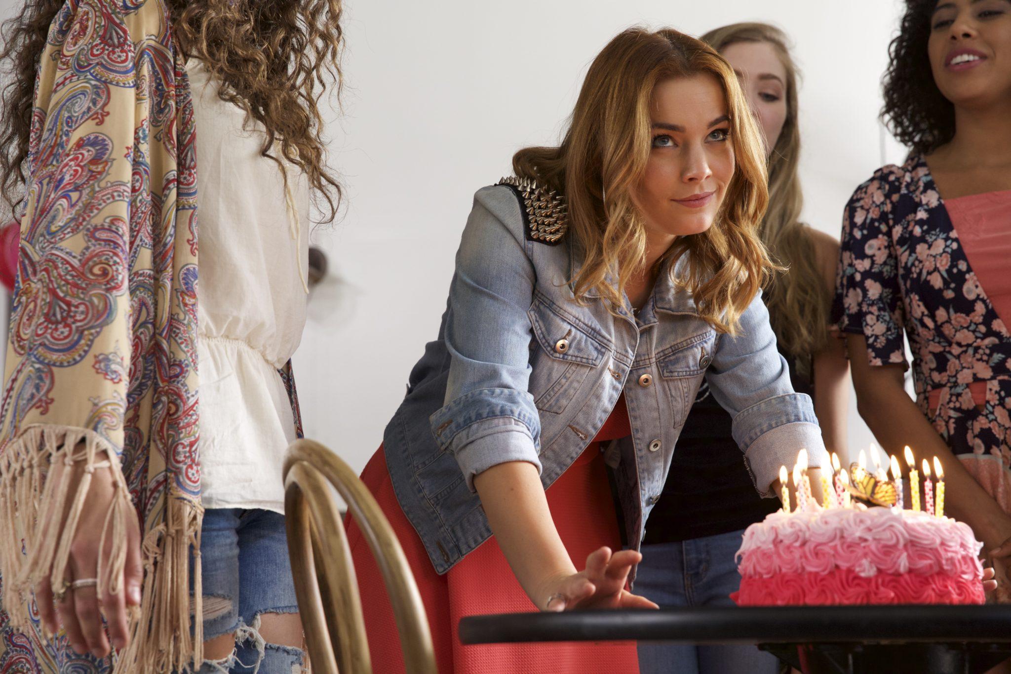 Valentina Novakovic ist als grinsende Psychopathin Chloe inmitten ahnungsloser Schüler bei ihrer Geburtstagsfeier in DANGEROUS GIRL zu sehen.