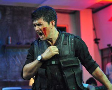 Iko Uweis schreit mit blutverschmierter Wange in The Raid