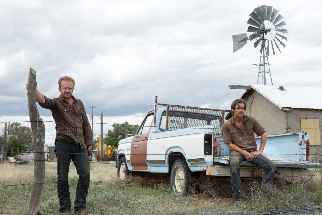 Toby (Chris Pine) und Tanner (Ben Foster) blicken gemeinsam in die Ferne, befinden sich auf ihrer Farm in Hell or High Water