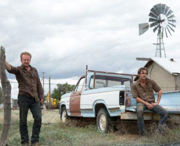 Toby (Chris Pine) und Tanner (Ben Foster) blicken gemeinsam in die Ferne, befinden sich auf ihrer Farm