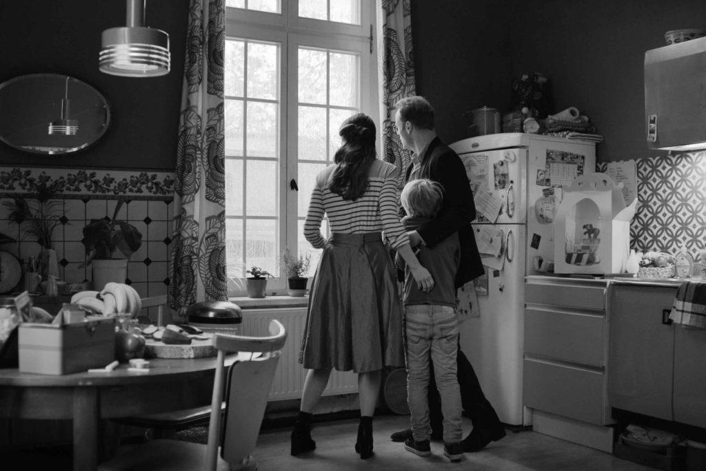 Anna, Matthias und Lukas sehen aus dem Küchenfenster und bemerken, dass es regnet.