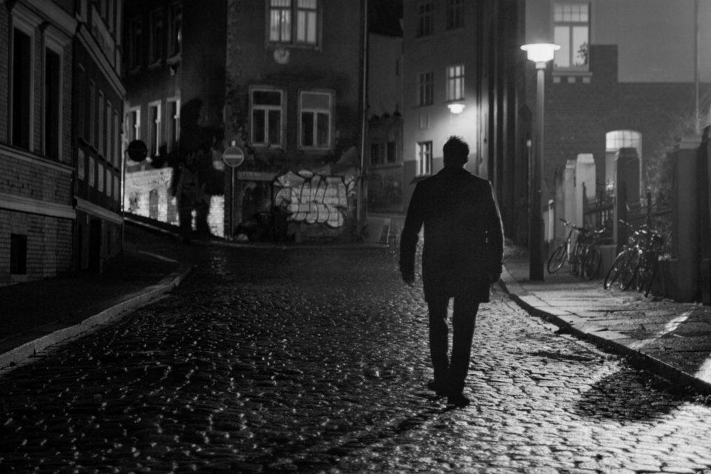 Matthias irrt durch die dunklen Gassen der Stadt auf der Suche nach Julius Mutter.