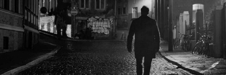 Matthias irrt durch die dunklen Gassen der Stadt auf der Suche nach Julius Mutter