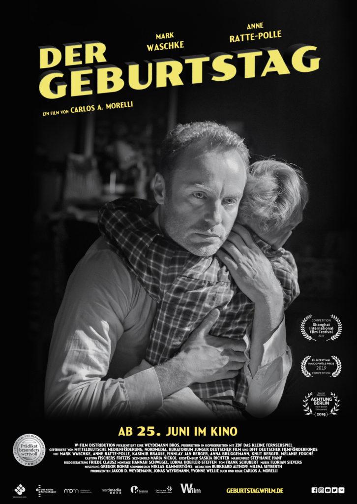 Das Kinoplakat zu Der Geburtstag zeigt in schwarzweiß Hauptdarsteller Matthias, der seinen Sohn Lukas umarmt.