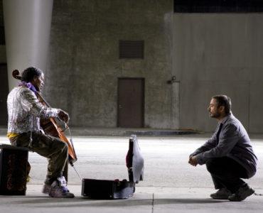 Robert Lopez (Robert Downey Jr.) hockt Nathaniel Ayers (Jamie Foxx) gegenüber, welcher auf seinem Cello spielt
