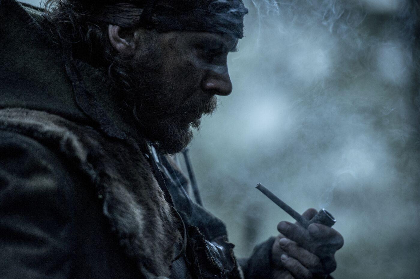 Tom Hardy als Trapper mit Vollbart und Pfeife in der linken Hand.