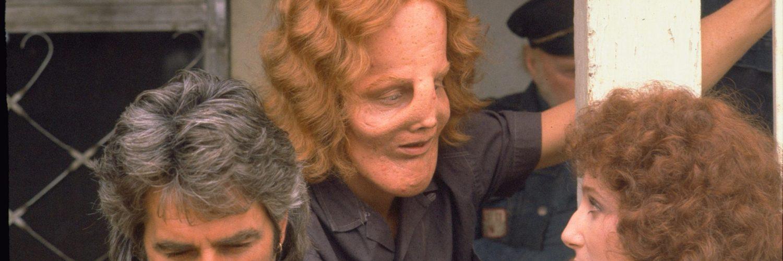Sam Elliott, Eric Stoltz und Cher sitzen nebeneinander auf der Veranda in Die Maske