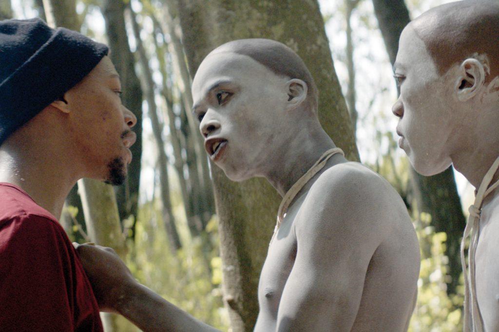 """Nakhane Touré als """"Xolani"""" mit 2 Initiierten in """"Die Wunde"""""""