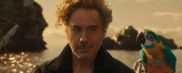 """Dr. John Dolittle (Robert Downey Jr.) unterhält sich mit Papagei Poly (Emma Thompson) in """"Die fantastische Reise des Dr. Dolittle"""". Im Hintergrund sieht man nur Wasser und eine Insel."""