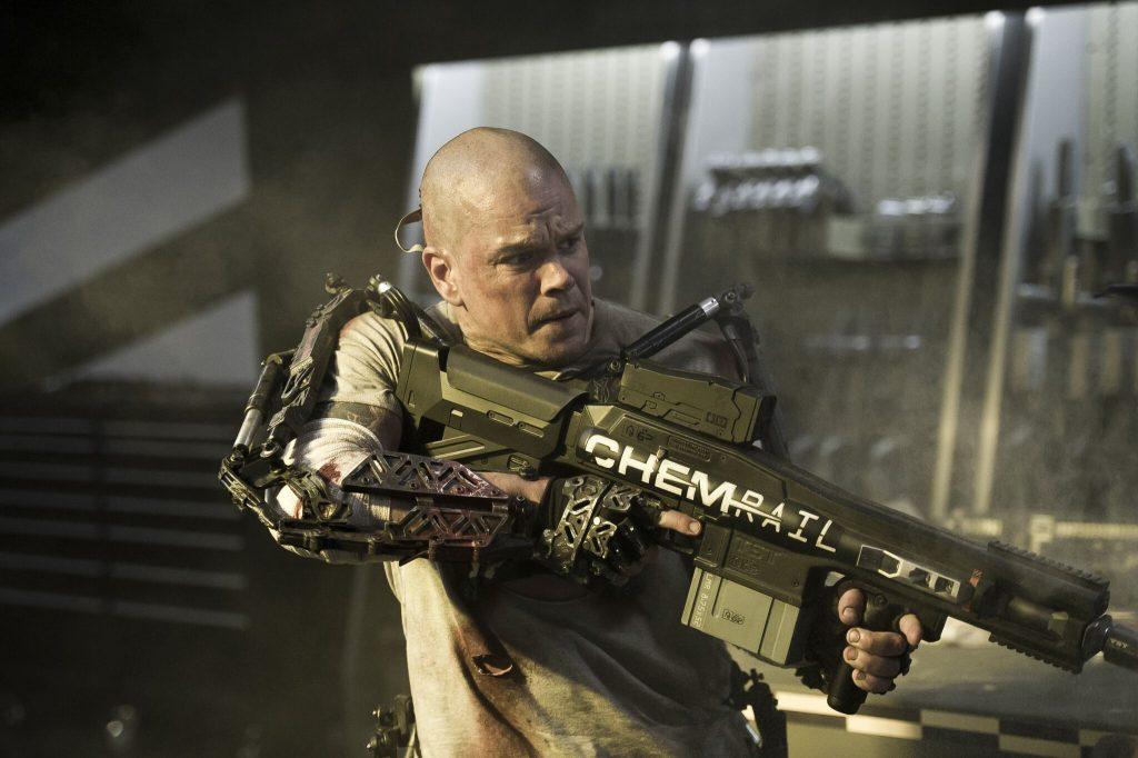Ausgerüstet mit Exosuit und Sturmgewehr macht sich Max (Matt Damon) auf in den Kampf um sein Leben © 2013 MRC II Distribution Company L.P. All Rights Reserved.