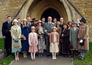 Downton Abbey | Series Six; Photographer: Nick Briggs We See: BRENDAN COYLE as Bates, LAURA CARMICHAEL as Lady Edith, JEREMY SWIFT as Spratt, MICHELLE DOCKERY as Lady Mary, HUGH BONNEVILLE as Robert, Earl of Grantham, ELIZABETH MCGOVERN as Cora, COuntess of Grantham, PHYLLIS LOGAN as Mrs Hughes, MICHEL FOX as Andy Parker, JIM CARTER as Carson, ROBERT JAMES-COLLIER as Thomas Barrow, SOPHIE MCSHERA as Daisy Mason, KEVON DOYLE as Molesley, LESLEY NICOL as Mrs Patmore, SUE JOHNSTON as Denker, JOANNE FROGGATT as Anna Bates, PAUL COPLEY as Mr Mason & RAQUEL CASSIDY as Baxter. ©Universal Pictures Home Entertainment