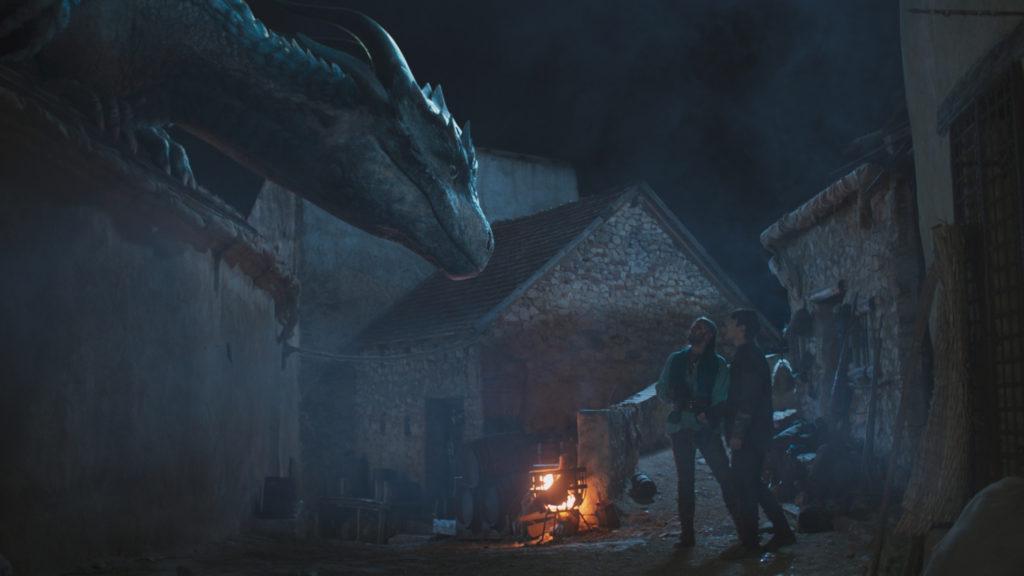Siveth blickt auf Darius und Lukas herab, während sie neben eine zerstörten Haus stehen, Dragonheart - Die Vergeltung