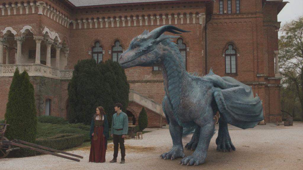 Oana, Lukas und Siveth stehen nebeneinander in einem Hof