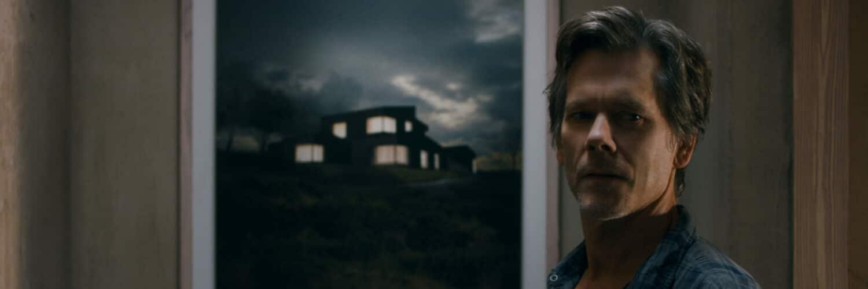 Theo (Kevin Bacon) steht vor dem Bild des mysteriösen Hauses in Du hättest gehen sollen.