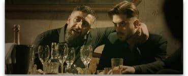Murat (Kida Khodr Ramadan) und sein Ziehsohn, der Boxer Gabriel Stark (Mehrdad Taheri), sitzen an einem Tisch vor leeren Gläsern