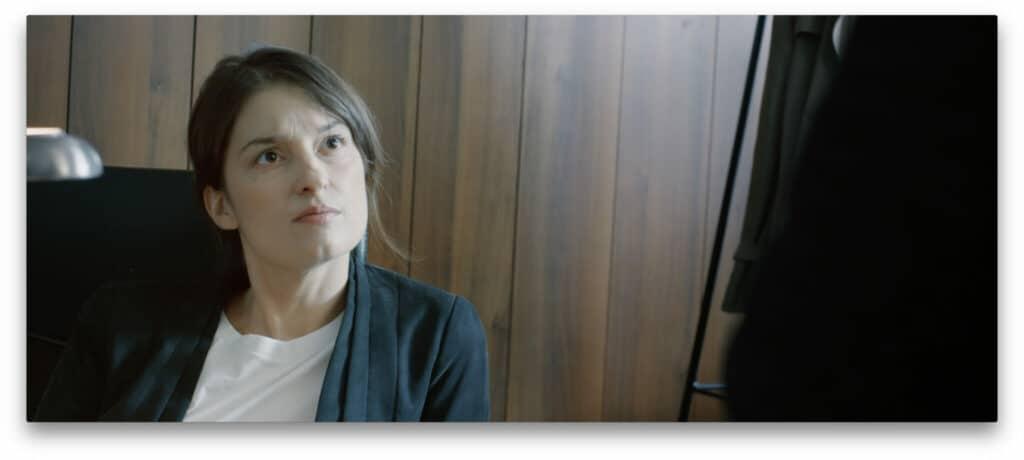 Alina Bauer verfolgt als Chefin des BKA Direktorin Maier sitzt am Schreibtisch und schaut zu Kommissar Bischof in Dünnes Blut