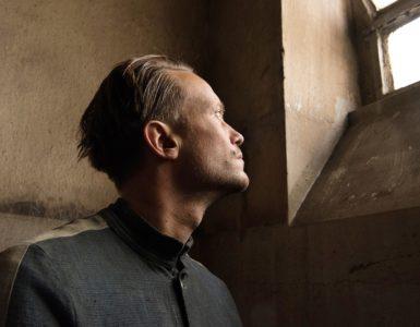 Franz Jägerstätter (August Diehl) starrt als Häftling aus dem kleinen Fenster in seiner Zelle