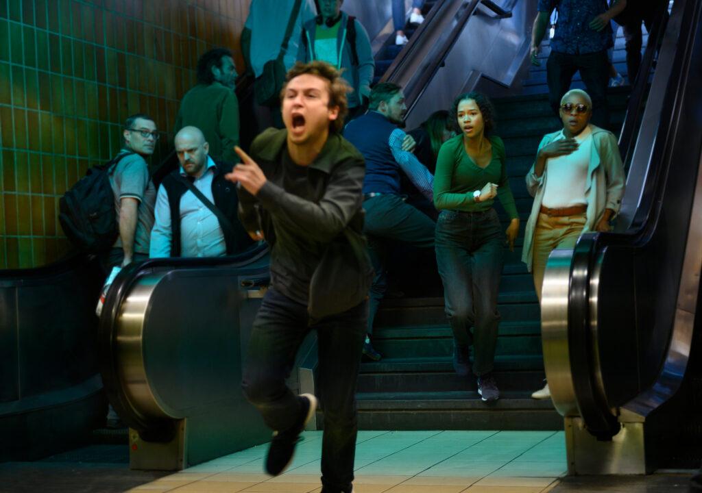 Ben und Zoey rennen eine Treppe zur U-Bahn herunter in Escape Room 2